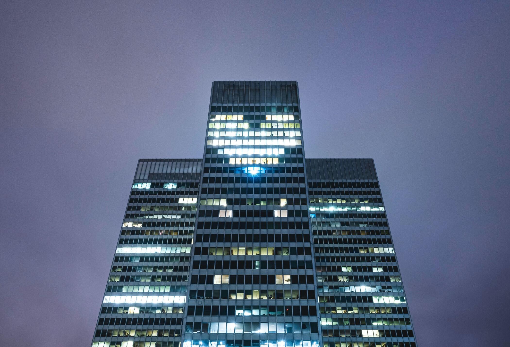 Les fenêtres de Place Ville Marie, à Montréal, se sont illuminées en signe de soutien aux travailleurs essentiels.
